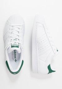 adidas Originals - SUPERSTAR - Sneakers laag - footwear white/collegiate green - 1