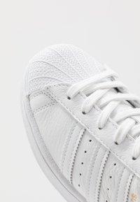 adidas Originals - SUPERSTAR - Sneakers laag - footwear white/collegiate green - 5