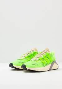 adidas Originals - LXCON - Matalavartiset tennarit - signal green/solar yellow - 3