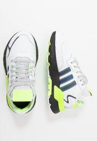 adidas Originals - NITE JOGGER - Matalavartiset tennarit - footwear white/core black/signal green - 1