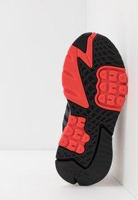 adidas Originals - NITE JOGGER - Sneakersy niskie - core black/footwear white/hi-res red - 4