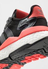 adidas Originals - NITE JOGGER - Sneakersy niskie - core black/footwear white/hi-res red - 5
