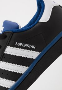 adidas Originals - SUPERSTAR - Sneakers laag - core black/footwear white/collegiate royal - 5