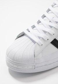 adidas Originals - SUPERSTAR - Sneakers laag - footwear white/core black/crystal white - 5