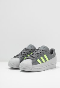 adidas Originals - SUPERSTAR - Sneakers laag - grey four/signal green/grey two - 2