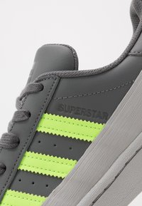 adidas Originals - SUPERSTAR - Sneakers laag - grey four/signal green/grey two - 5