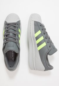 adidas Originals - SUPERSTAR - Sneakers laag - grey four/signal green/grey two - 1