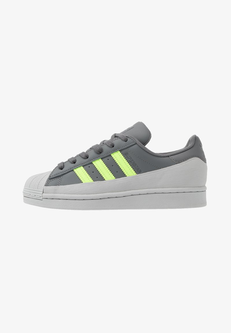 adidas Originals - SUPERSTAR - Sneakers laag - grey four/signal green/grey two