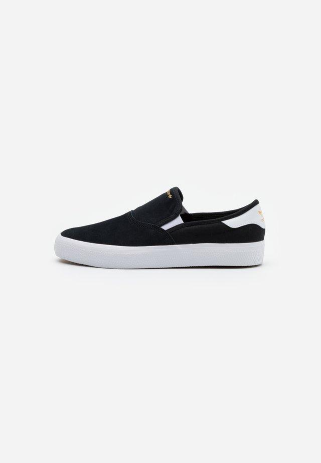 3MC - Loaferit/pistokkaat - core black/footwear white/gold metallic