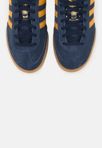 adidas Originals - TERRACE SPORTS INSPIRED SHOES - Sneakersy niskie - collegiate navy/legend gold - 4