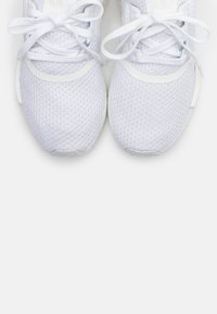 adidas Originals - NMD_R1 BOOST SPORTS INSPIRED SHOES - Joggesko - footwear white - 4