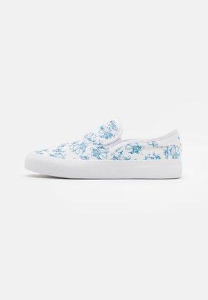 3MC X DISNEY SPORT GOOFY UNISEX - Slip-ons - footwear white/light blue