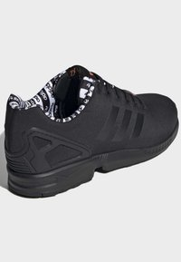 adidas Originals - ZX FLUX SHOES - Sneakersy niskie - black - 4