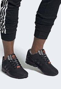 adidas Originals - ZX FLUX SHOES - Sneakersy niskie - black - 0