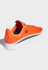 adidas Originals - SABALO SHOES - Baskets basses - orange - 6
