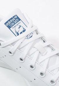 adidas Originals - STAN SMITH - Sneakers laag - blanc/bleu - 5