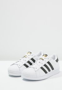 adidas Originals - SUPERSTAR FOUNDATION - Matalavartiset tennarit - white/core black - 2
