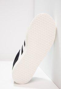 adidas Originals - GAZELLE - Baskets basses - core black/white/gold metallic - 4