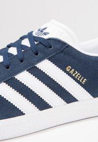 adidas Originals - GAZELLE  - Joggesko - collegiate navy/footwear white - 5