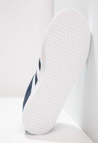 adidas Originals - GAZELLE  - Joggesko - collegiate navy/footwear white - 4