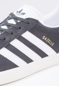 adidas Originals - GAZELLE  - Joggesko - solid grey/white/gold metallic - 5