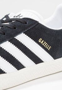 adidas Originals - GAZELLE  - Sneakers laag - core black/white/gold metallic - 5