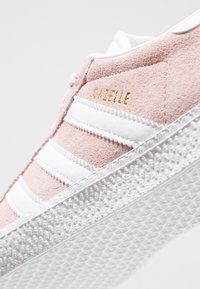 adidas Originals - GAZELLE  - Sneakers laag - ice pink/footwear white/gold metallic - 2