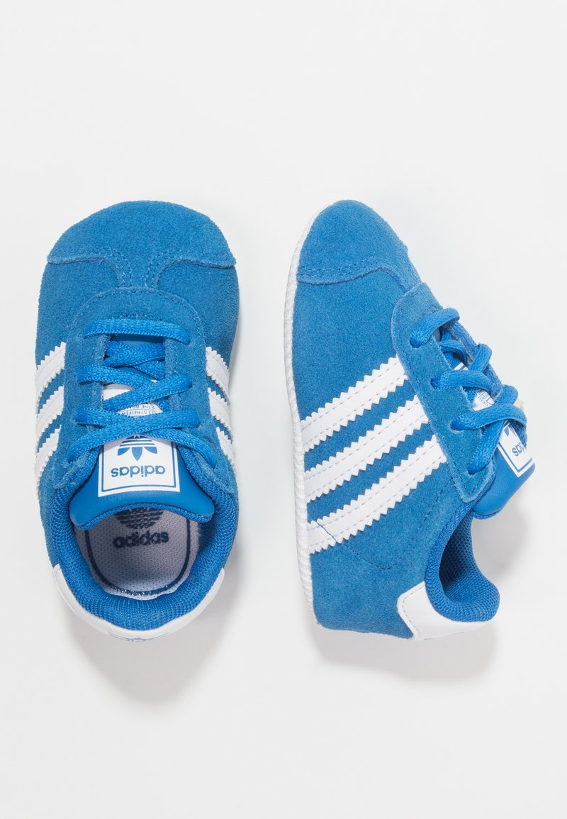 adidas Originals - GAZELLE CRIB - Chaussons pour bébé - bluebird/footwear white