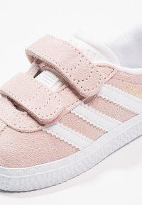 adidas Originals - GAZELLE - Sneakers laag - iced pink/footwear white - 5