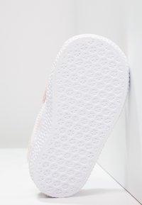 adidas Originals - GAZELLE - Sneakers laag - iced pink/footwear white - 4