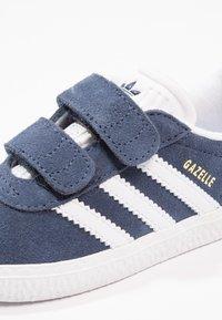 adidas Originals - GAZELLE - Baskets basses - collegiate navy/footwear white - 5