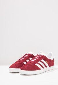 adidas Originals - GAZELLE - Trainers - collegiate burgundy/footwear white - 2