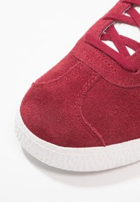 adidas Originals - GAZELLE - Trainers - collegiate burgundy/footwear white - 5