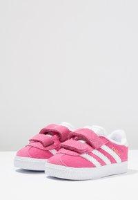 adidas Originals - GAZELLE - Baby shoes - semi solar pink/footwear white - 3
