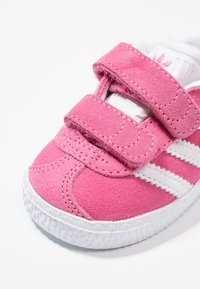 adidas Originals - GAZELLE - Baby shoes - semi solar pink/footwear white - 2