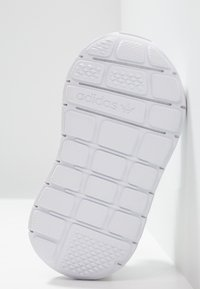 adidas Originals - SWIFT RUN - Baby shoes - footwear white - 5