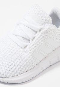 adidas Originals - SWIFT RUN - Babyschoenen - footwear white - 2