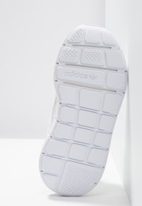 adidas Originals - SWIFT RUN - Sneakers basse - footwear white - 5