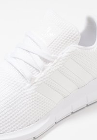 adidas Originals - SWIFT RUN - Sneakers - footwear white - 2