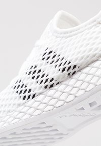 adidas Originals - DEERUPT RUNNER - Tenisky - footwear white/core black/grey two - 2