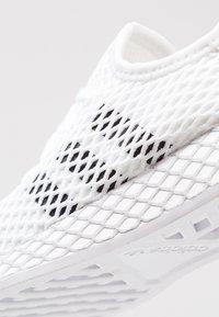 adidas Originals - DEERUPT RUNNER - Baskets basses - footwear white/core black/grey two - 2
