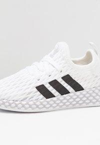 adidas Originals - DEERUPT RUNNER - Sneakers basse - footwear white/core black/grey two - 2