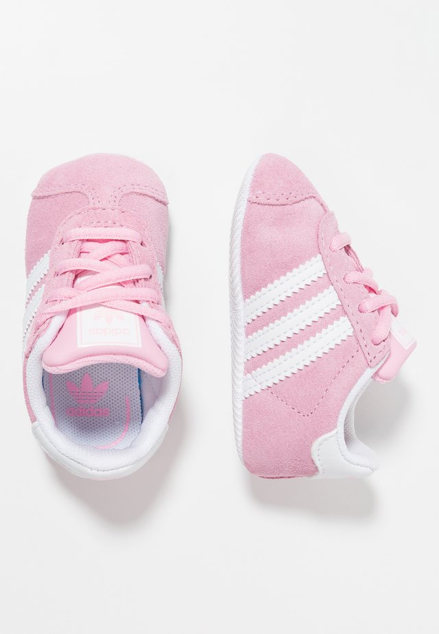 GAZELLE CRIB - Babyskor - true pink/footwear white/gold metallic