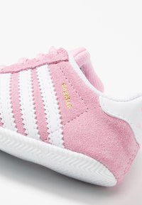 adidas Originals - GAZELLE CRIB - Kravlesko - true pink/footwear white/gold metallic