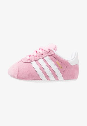 GAZELLE CRIB - Babyschoenen - true pink/footwear white/gold metallic