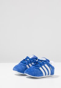 adidas Originals - GAZELLE CRIB - Babyschoenen - collegiate navy/footwear white/gold metallic - 3