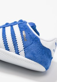 adidas Originals - GAZELLE CRIB - Babyschoenen - collegiate navy/footwear white/gold metallic - 2