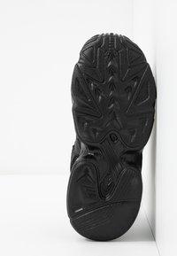 adidas Originals - YUNG-96 CHASM - Zapatillas - core black/carbon - 5