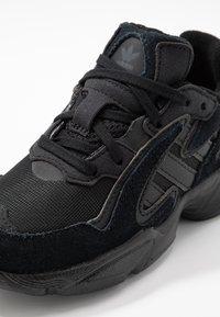 adidas Originals - YUNG-96 CHASM - Zapatillas - core black/carbon - 2