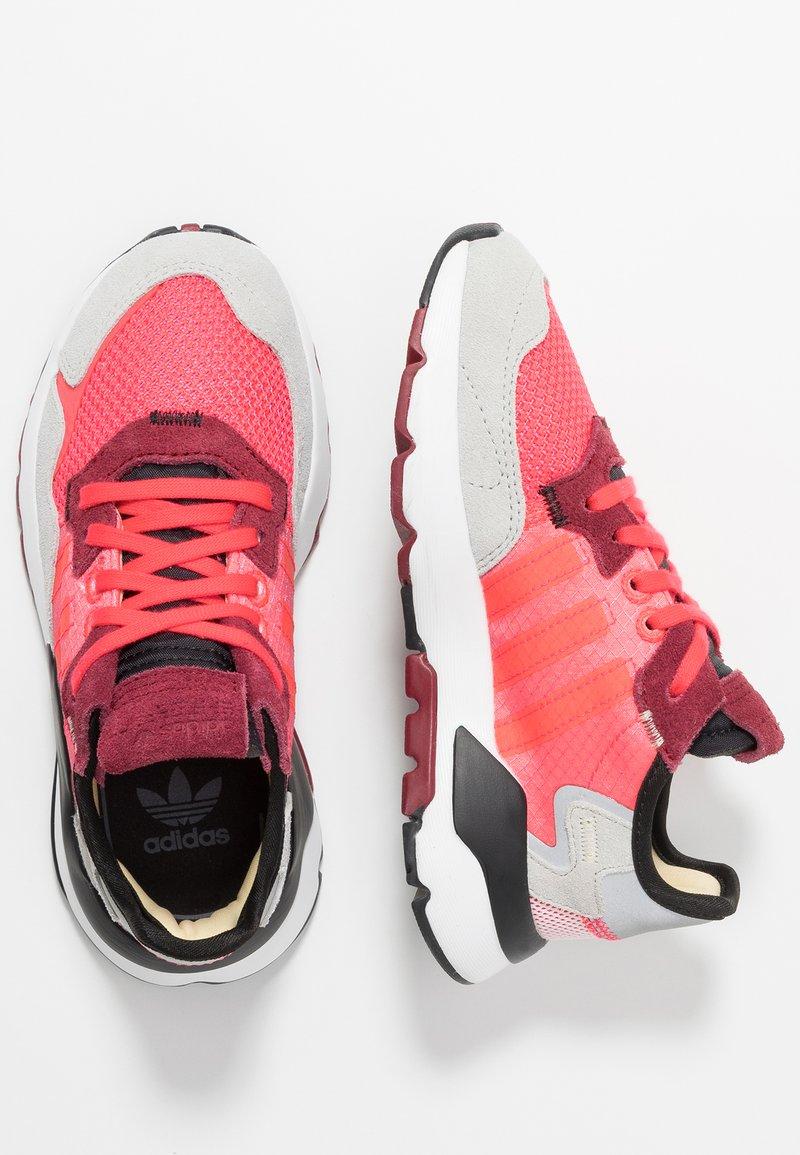 adidas Originals - NITE JOGGER - Sneakers basse - shock red/grey two